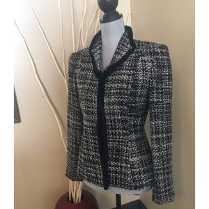Tahari size 4 blazer with front clasp